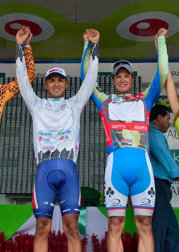 Romel Morales (blanco) es el líder sub 23 de la Vuelta a Costa Rica.