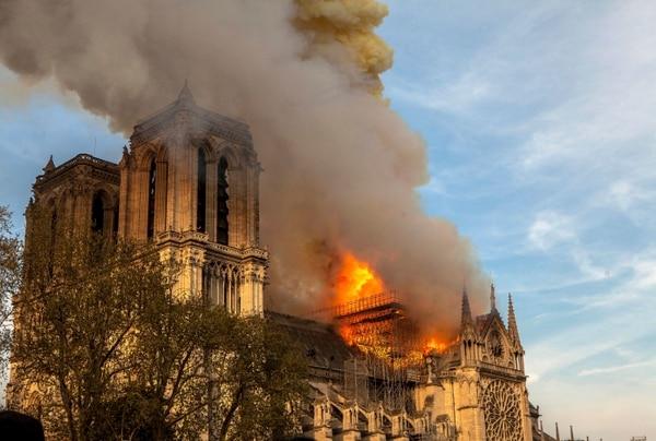 Una foto del lunes 15 de abril del incendio en la Catedral de Notre Dame. AP Photo/Vanessa Pena.
