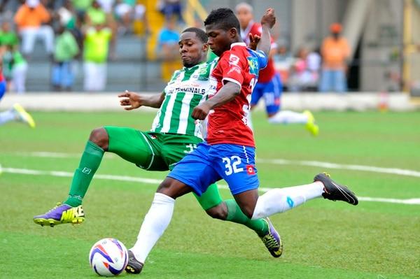 El brumoso Willam Palacio (32) intentó superar la marca del limonense Yamil Allen ayer en el estadio Juan Gobán. | DIANA MÉNDEZ