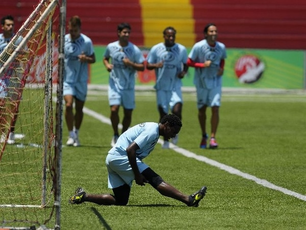 El brasileño Jorge Barbosa, quien suma ocho goles en el torneo, estiró ayer mientras sus compañeros trotaban en el Rosabal. | LUIS NAVARRO/PARA LN