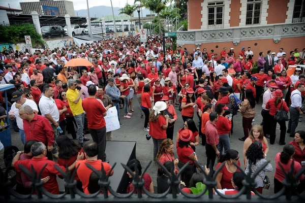 Empleados judiciales se manifestaron, este miércoles, en defensa de su régimen de pensiones frente a la Asamblea Legislativa.