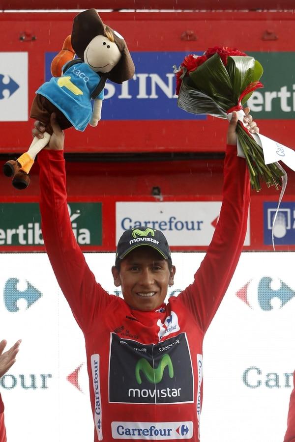 Nairo Quintana en el podio con el maillot de líder de la clasificación general tras la novena etapa de la Vuelta a España.