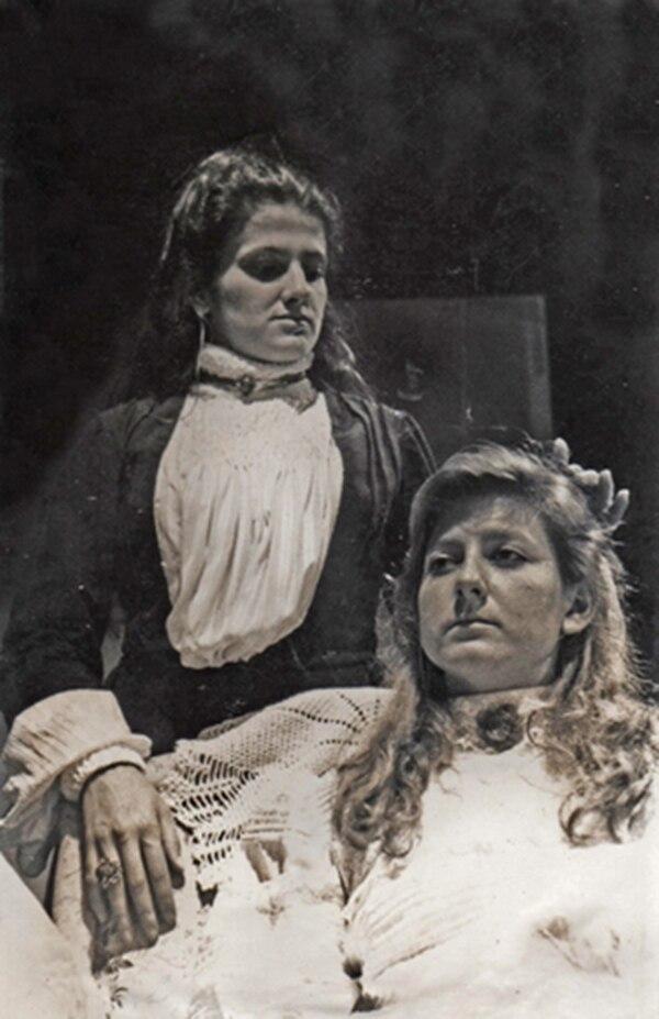Escena de El fornicador , drama de Victoria Urbano, ofrecido bajo la dirección de María Bonilla. Aparecen Tatiana Sobrado (izquierda) y Marianella Protti. TU para LN.