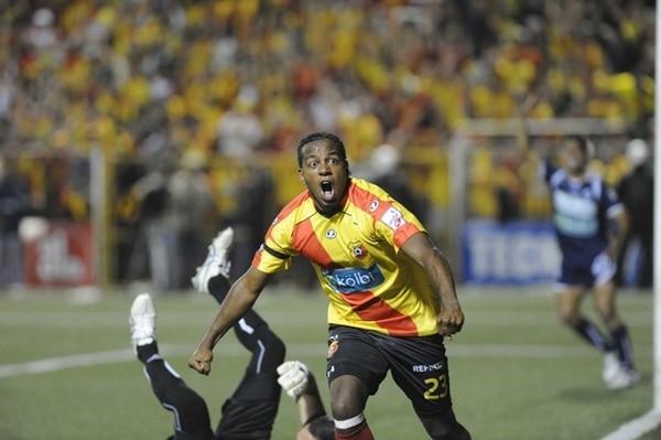 Víctor Mambo Núñez festeja el primero de los dos goles que anotó anoche al Cartaginés. Está muy cerca de ser el goledor histórico. | MEYLIN AGUILERA