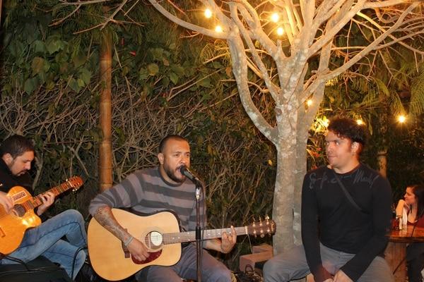 """El cantante costarricense Mike Aguilar forma parte de los """"martes de música en vivo"""". Una de las opciones para salir a comer y disfrutar del talento nacional."""