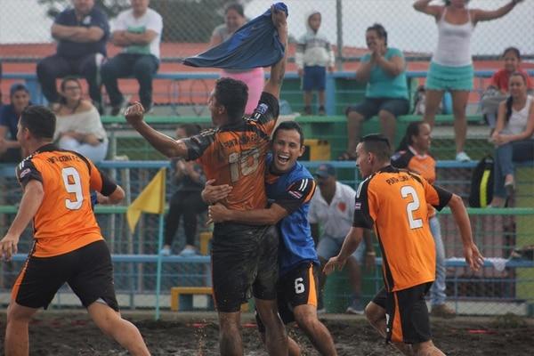 Jugadores de Punta Leona celebran cuando pasaron a la final.
