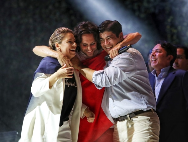 Carlos Alvarado llegó al concierto durante la presentación de Gandhi. Allí recibió junto a su esposa Claudia Dobles una calurosa bienvenida de parte del vocalista Luis Montalberth-Smith. Foto: John Durán