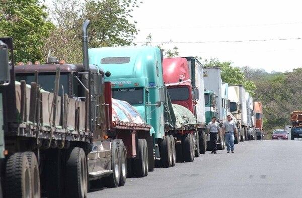 La restricción para camiones opera desde 2008 y lo que pretende es descongestionar las vías en horas de mayor tránsito.   ARCHIVO