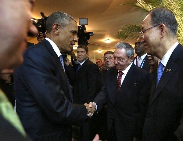 Los presidentes de Estados Unidos, Barack Obama (izquierda), y de Cuba, Raúl Castro, se saluda en la inauguración de Cumbre de las Américas en Panamá. El secretario general de las Naciones Unidas, Ban Ki-moon (derecha), fue testigo. | AFP