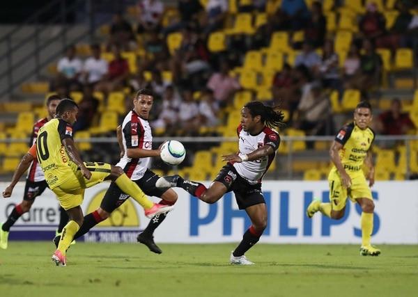 El atacante de Alajuelense Jonathan McDonald (centro) domina el balón en el triunfo manudo 0-2 ante Liberia en el Edgardo Baltodano Briceño.
