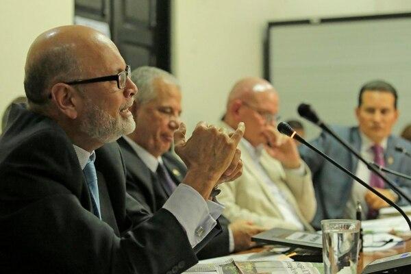 Antonio Ayales, director ejecutivo de la Asamblea Legislativa, acompañó a los miembros del Directorio legislativo 2014-2015, para enfatizar la situación actual de las instalaciones parlamentarias y las órdenes sanitarias que pesan sobre ellas.