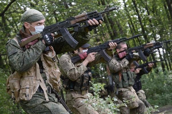 Los militantes prorrusos participan en un ejercicio militar en su base de entrenamiento cerca de Donetsk, en el este de Ucrania.