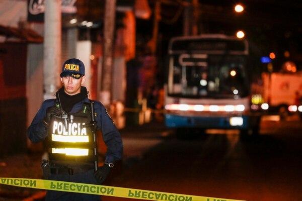 El bus de la ruta 335 San José - Pural quedó detenido en las cercanías del cruce entre Moravia y Guadalupe. Fotografía: Alejandro Gamboa Madrigal.