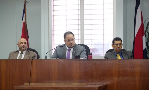 Los jueces a cargo del debate son Edwin Reyes, Alexánder Salazar (quien preside) y Rolando Morales. Foto: Jeffrey Zamora