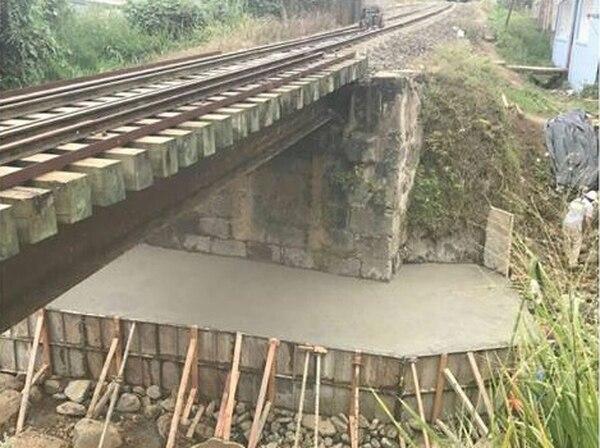 El servicio se reanudará tras construir un dado de concreto para reforzar la base del puente en Quircot.