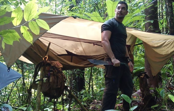 Alberto López no solo tiene vastos conocimientos en métodos de supervivencia, su porte físico y actitud de