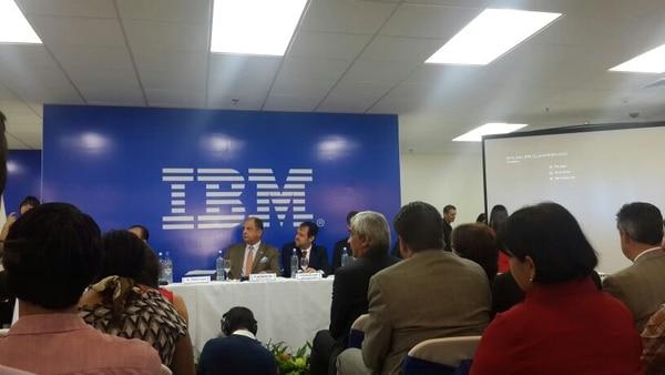 El presidente de la República, Luis Guillermo Solís, y Alexander Mora, ministro de Comercio Exterior, participaron en la inauguración del nuevo centro de servicios de IBM.