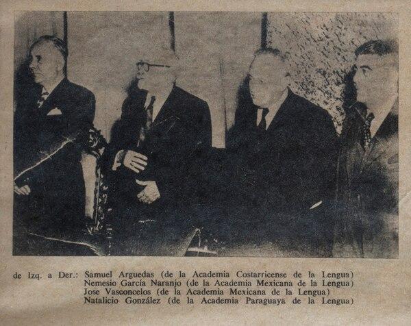 Fotografía de inicios de los años 50 en la que aparecen Samuel Arguedas (izquierda), los académicos de la lengua mexicanos Nemesio García Naranjo y José Vasconcelos, y el académico paraguayo Natalicio González.