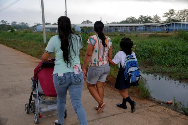 Madres con niños en edad escolar atienden una serie de responsabilidades en el hogar. La imagen corresponde al inicio del curso escolar en Upala. Fotografía: Mayela López