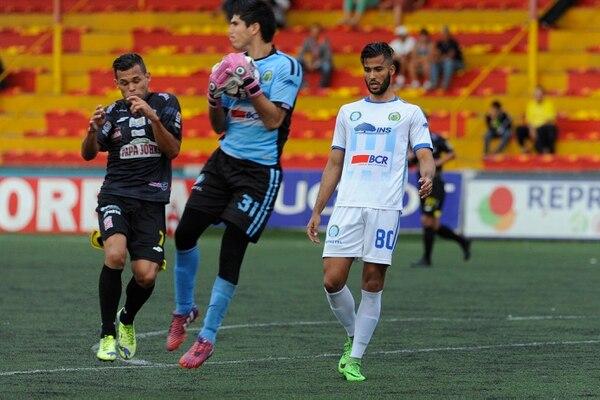 Aarón Cruz en un juego de la UCR frente a Belén FC en el estadio Eladio Rosabal Cordero.