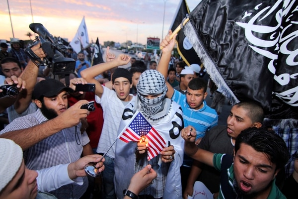 Grupos protestaron en Bengasi, Libia, el sábado tras la captura de Abu Anas al-Libi, presunto miembro de al-Qaeda.