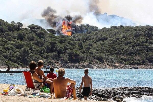 La Croix Valmer, cerca del prestigioso balneario de Saint-Tropez, es uno de los lugares donde el fuego es más difícil de controlar.