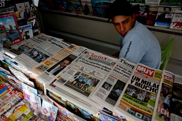 El diario Clarín era uno de los periódicos que se ofrecía ayer en un puesto de venta en Buenos Aires. | AP