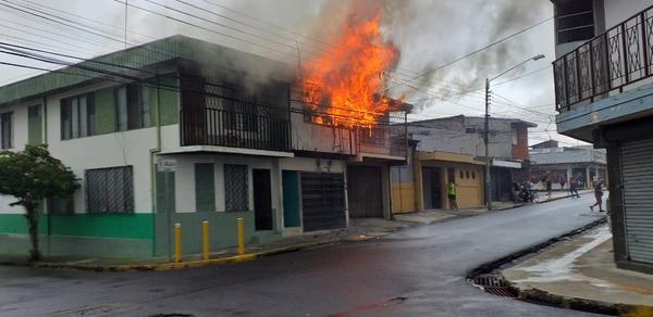 Aunque con quemaduras graves, un adulto y dos menores escaparon de la muerte luego de un incendio ocurrido este domingo en Alajuela, de la Iglesia católica de El Carmen, 30 metros al sur. Muchos, no han tenido esa suerte. Foto Francisco Barrantes.