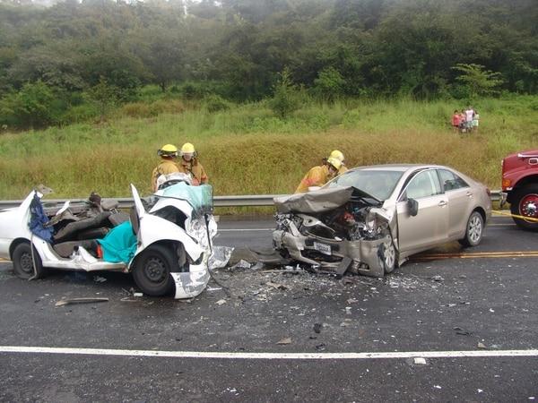 Una mujer resultó fallecida tras la colisión entre dos vehículos livianos. El accidente se produjo a la altura del kilómetro 36 de la ruta 27, San José-Caldera.