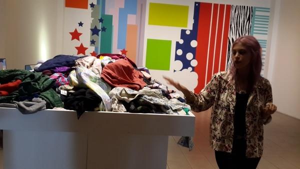 La artista hondureña Lucy Argueta investiga la prenda como fetiche.