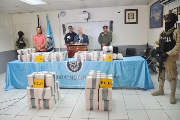 El Ministerio de Seguridad mostró ese día la droga decomisada cerca de la avioneta. Eran 14 paquetes con 391 kilos de cocaína. Foto: Archivo/Shirley Vásquez.