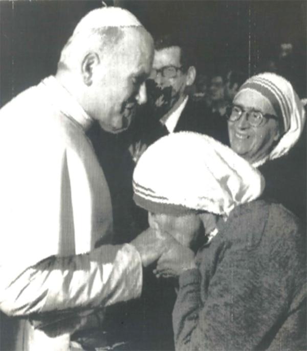 Dos santos. En esta imagen de archivo el papa Juan Pablo II es saludado por la madre Teresa de Calcuta. Foto: Archivo LN.
