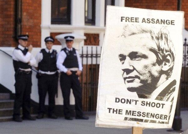 Protestas en las afueras de la embajada de Ecuador en Londres. | AFP.