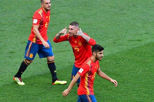 ¿Tienen vuelos a Madrid? El defensa español Sergio Ramos celebra la anotación que puso a España por delante. Al finalizar el partido, la historia fue diferente para el ibérico. / AFP PHOTO / Mladen ANTONOV /