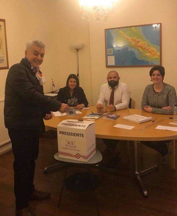 El turrialbeño Francisco Javier López viajó 44 kilómetros entre Stevenage y Londres para ejercer su derecho al voto.
