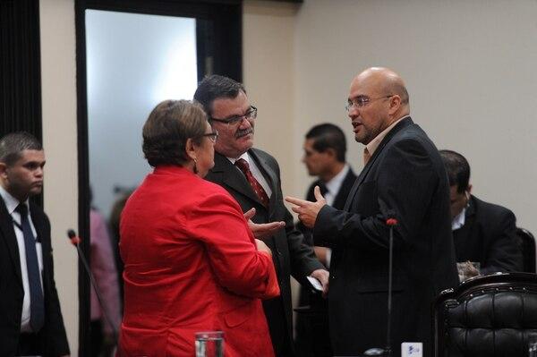 Entre julio del 2016 y abril de este año, Laura Garro (de espaldas), del PAC, y Edgardo Araya, del Frente Amplio, con frecuencia unieron sus partidos para sacar adelante votaciones. Los observa Javier Cambronero, jefe oficialista desde mayo pasado.