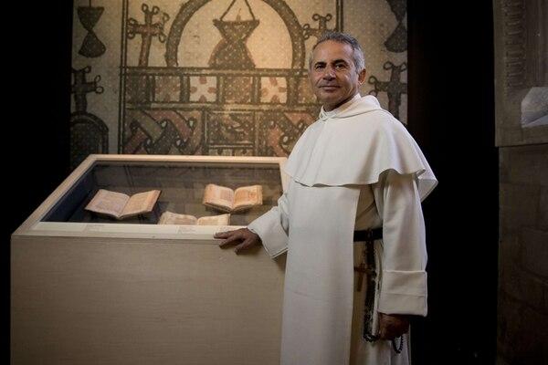 Najeeb Michaeel posa en un espacio de los Archivos Nacionales de París, donde están expuestos hasta el 24 de agosto facsímiles de siete de los manuscritos rescatados por el fraile dominico iraquí. | AFP.