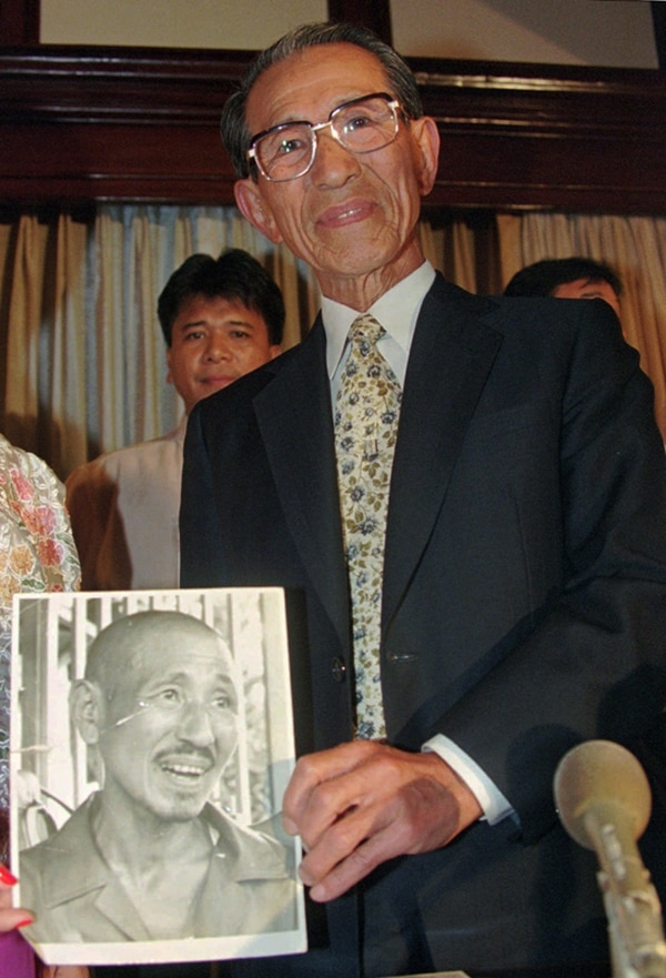 En 1996, Hiroo Onoda sostuvo una fotografía suya de 1974, cuando se le ve tras salir de Filipinas.