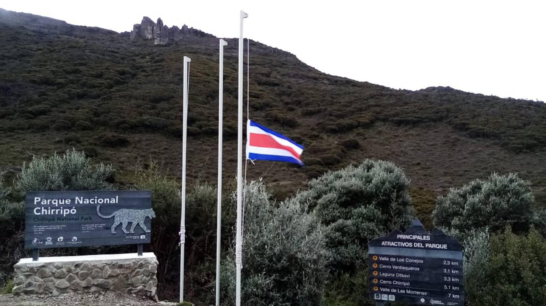 En estos días la bandera ondea a media asta en el refugio de base Crestones, Parque Nacional Chirripó, por la muerte de Marialis Blanco, cuyo cuerpo fue encontrado cerca de Ventisqueros. Foto: Cortesía SINAC.