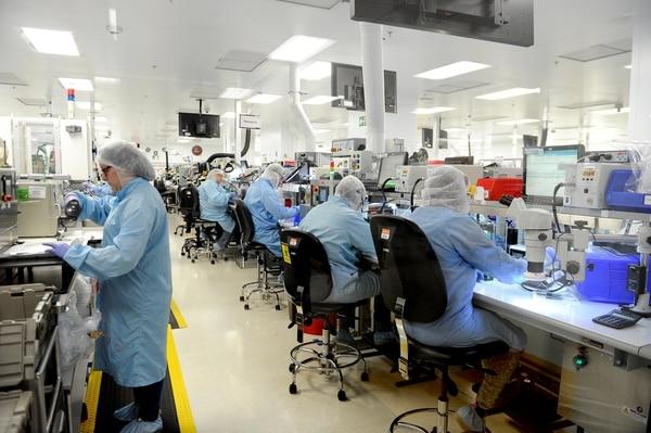 La calidad de la mano de obra ha sido fundamental para que la compañía Boston Scientific, empresa dedicada a la fabricación de dispositivos médicos, tenga dos plantas en el país y 3.300 empleados. Fotos Melissa Fernández