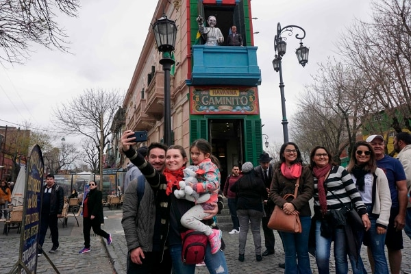 Tourists visit the traditional street museum Caminito in La Boca neighbourhood in Buenos Aires, on September 14, 2018. - Foreign tourists have been favoured as the peso has lost more than half of its value against the dollar since the start of the year -- as Argentina battles to stave off an economic crisis. (Photo by Eitan ABRAMOVICH / AFP)