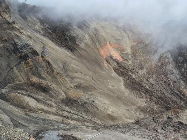 Los millones de metros cúbicos de rocas volcánicas, arena, arbustos y lodo quedaron a merced de las lluvias en una zona deshabitada. Foto: CNE.