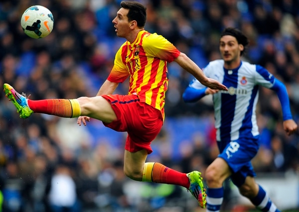 Lionel Messi, astro argentino de Barcelona, controla el balón con la marca de su compatriota Diego Colotto, defensor del Espanyol, durante la victoria del equipo culé este sábado.