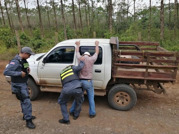 El 29 de abril, un costarricense de apellido Rodríguez fue detenido por la Policía de Migración como sospechoso de llevar a extranjeros por pasos ilegales de la frontera norte. De acuerdo con las autoridades, les cobraba ¢30.000 por persona para llevarlos en un pick-up sin pasar por un puesto de migración. Foto: Migración