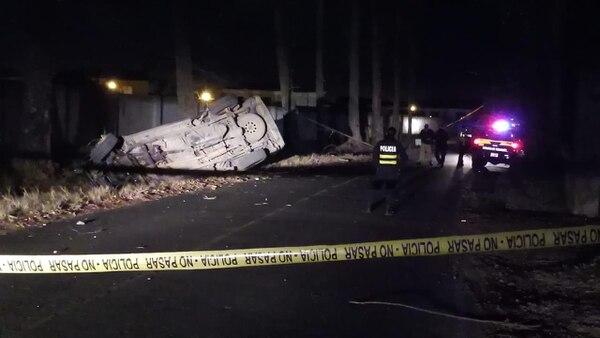 El accidente se produjo a las 7:52 p.m. detrás del condominio Hacienda en Tobosi de Cartago, comunicó la Cruz Roja Costarricense. Foto de Keyna Calderón