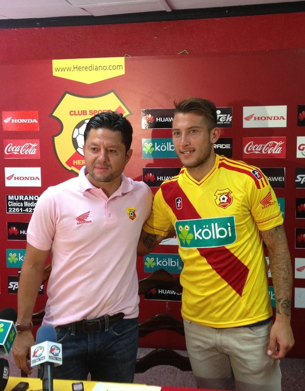 Jafet Soto (izq.) presentó a Francisco Calvo como nuevo jugador florense. | RANDALL CORELLA V.