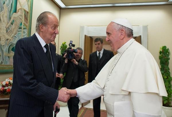El rey emérito Juan Carlos I saluda al papa Francisco durante una audiencia privada, en el Vaticano, el 28 de abril del 2014. Foto: AFP