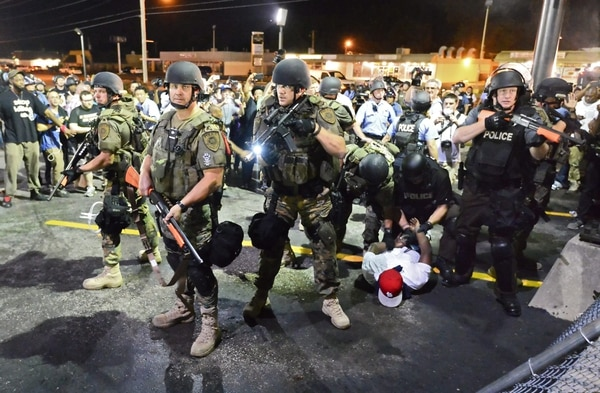 Policías arrestan a manifestantes mientras continúan las protestas contra la muerte del joven Michael Brown en Ferguson, Misuri, Estados Unidos