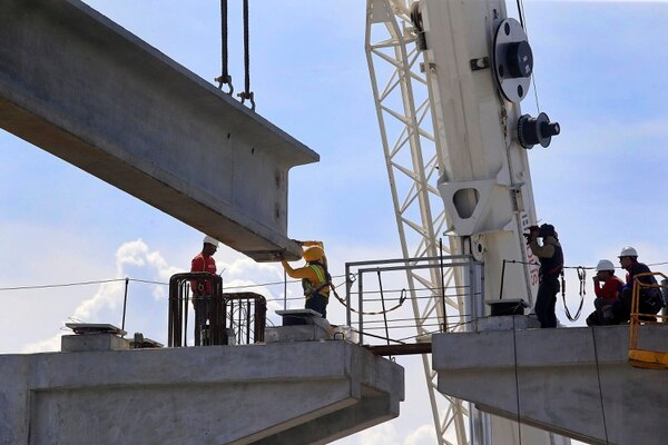 Colocación de vigas en el viaducto de Circunvalación norte. El gasto de capital, que es la inversión en obras públicas, aumentó de 0,30% a 0,43% de la producción entre el primer cuatrimestre del 2018 y el primer cuatrimestre del 2019. Foto: Rafael Pacheco.