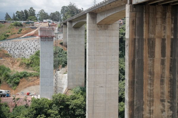Solo la construcción del nuevo puente sobre el río Virilla, en la ruta 32, tenía toda su etapa de planificación lista al momento de orden de inicio. Fotografía: Jeffrey Zamora